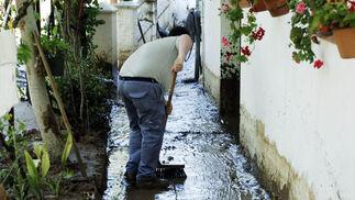 Una tromba de agua deja 55 litros en menos de una hora en algunas zonas del pueblo. Una veintena de viviendas se vieron afectadas./Fotos:Ramón Aguilar  Foto: Ramon Aguilar