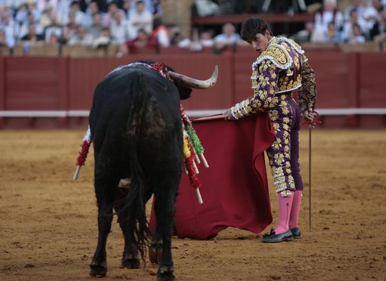 Alberto Aguilar ante su primer toro.  Foto: Juan Carlos Muñoz