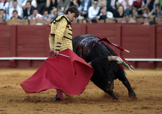 Antonio Barrera en un cambio de mano a su segundo toro.  Foto: Juan Carlos Muñoz