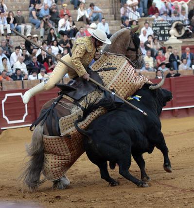 Lucha entre el picador y el sexto toro.  Foto: Juan Carlos Muñoz