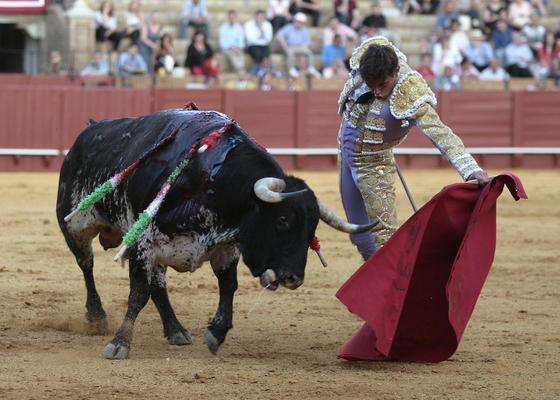 Miguel Tendero en su lucha con el sexto.  Foto: Juan Carlos Muñoz