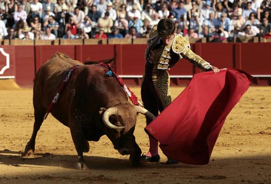Rubén Pinar ante el segundo toro.  Foto: Juan Carlos Muñoz