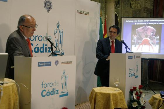 El presidente de Puertos del Estado, durante el coloquio moderado por el director de 'Diario de Cádiz', Rafael Navas.  Foto: Jose Braza