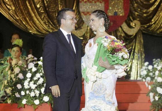 El alcalde de La Línea, Alejandro Sánchez, junto a la romera mayor, la joven linense Paula Fortes  Foto: Erasmo Fenoy