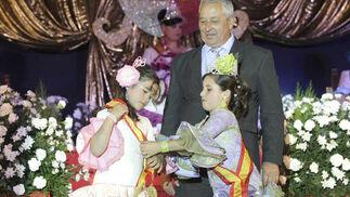 El concejal de Festejos, Eugenio Salas, observa el traspaso de la corona de Alba León a Mara Emberly  Foto: Erasmo Fenoy