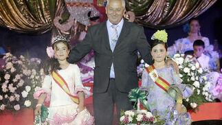 El concejal de Festejos, Eugenio Salas, con Alba León a Mara Emberly  Foto: Erasmo Fenoy