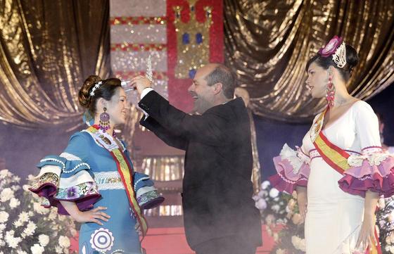 Momento de la coronación de la nueva  reina juvenil, Anna Daphne Brophy  Foto: Erasmo Fenoy