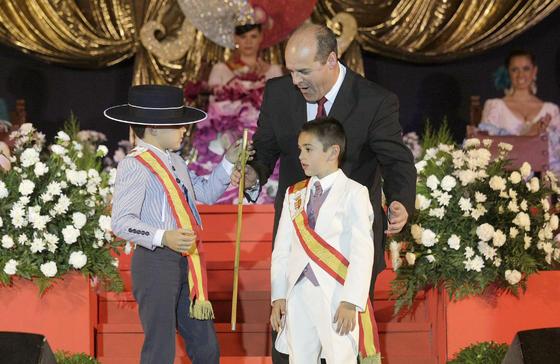 Un momento de la entrega del bastón de mando al alcalde infantil, José Morales  Foto: Erasmo Fenoy