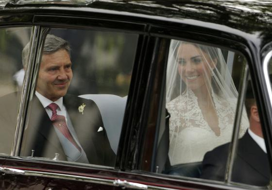Acompañada de su padre en el coche oficial.  Foto: Reuters