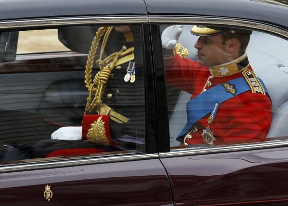 El príncipe Guillermo llega a la ceremonia acompañado de su hermano Harry.  Foto: Reuters