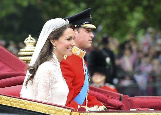 Kate y Guillermo, en la carroza nupcial tras el enlace.  Foto: EFE
