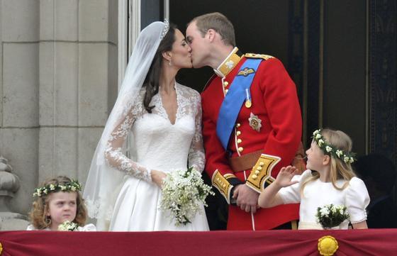 Kate Middelton y Guillermo se dan el esperado beso tras el enlace.  Foto: EFE