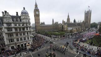 Multitud de personas en los alrededores del Parlamento.  Foto: Reuters