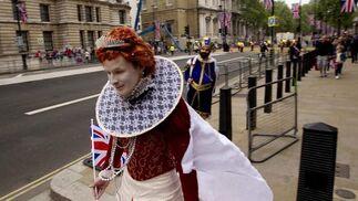 Un hombre disfrazado de la Reina Isabel I.  Foto: Reuters