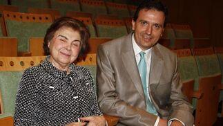 La pintora Carmen Laffón, junto a Juan Luis Pavón, subdirector de Diario de Sevilla. / A. Pizarro · V. Hidalgo