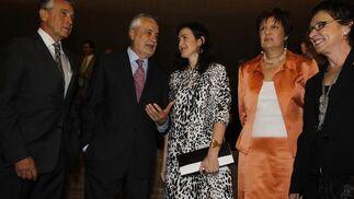 La ministra de Cultura, en el centro, junto al presidente de la Junta y varios consejeros. / A. Pizarro · V. Hidalgo