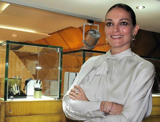 Laura Ponte junto a las joyas que ha diseñado para Luby &Lemerald.  Foto: Victoria Ramírez