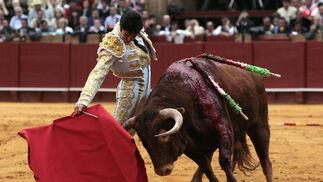 Cayetano Rivera y el tercer toro de la jornada.  Foto: Juan Carlos Muñoz