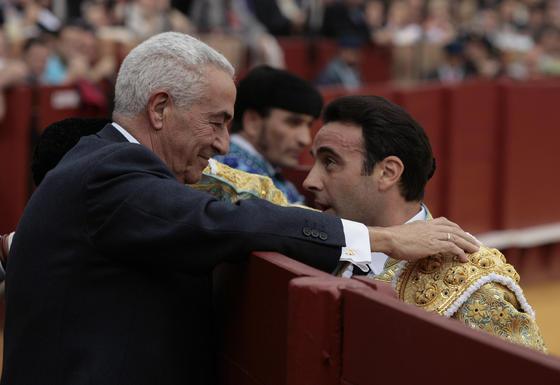 Enrique Ponce brinda el primer toro al doctor Ramón Vila.   Foto: Juan Carlos Muñoz
