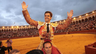 El Juli sale a hombros de La Maestranza.  Foto: Juan Carlos Muñoz