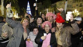 Miles de gaditanos se acercaron a la Plaza de San Juan de Dios para celebrar la llegada del nuevo año. Un espectáculo de fuegos artificiales puso el broche de oro a la noche./Fotos:José Braza  Foto: Jose Braza