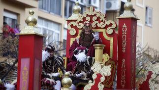 El rey Gaspar saluda desde su carroza.   Foto: Jesus Marin