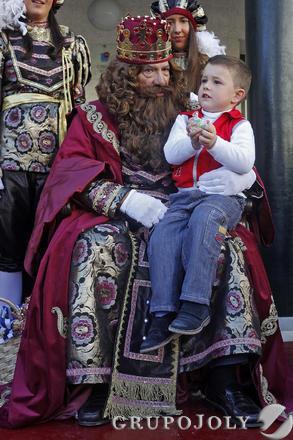 Gaspar sostiene a un niño.   Foto: Jesus Marin