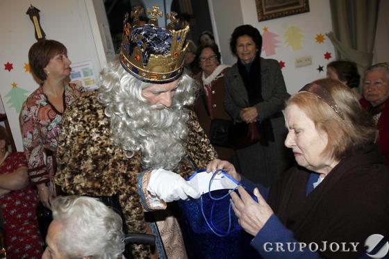 Los Reyes vivieron un ajetreado día visitando el Ayuntamiento y el Hospital Puerta del Mar.   Foto: Jesus Marin