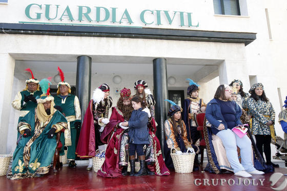 Los Reyes visitaron a la Guardia Civil.   Foto: Jesus Marin