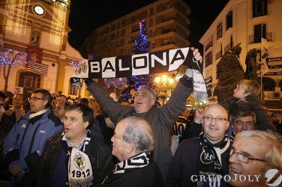 Un aficionado porta una bandera de la Balona  Foto: Erasmo Fenoy