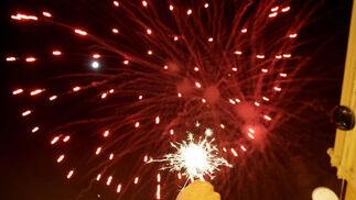 Un aficionado levanta una bengala mientras observa los fuegos arificiales  Foto: Erasmo Fenoy