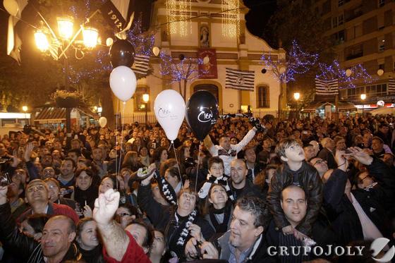 Un grupo de padres con sus hijos portando globos con los colores del club  Foto: Erasmo Fenoy
