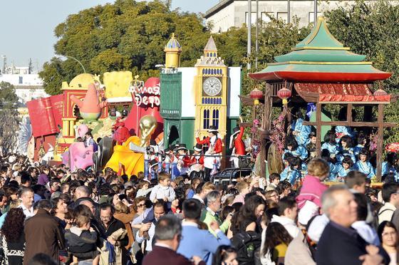 Las carrozas de la Cabalgata de Reyes Magos recorren las calles de la ciudad.  Foto: Manuel Gomez, Juan Carlos Vazquez