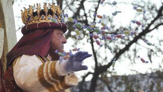 El Rey Gaspar lanza caramelos a los niños.   Foto: Manuel Gomez, Juan Carlos Vazquez