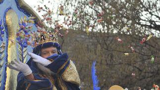 El Rey Melchor lanza caramelos a los niños.   Foto: Manuel Gomez, Juan Carlos Vazquez