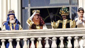 Los Reyes Magos y la Estrella de la Ilusión saludan.  Foto: Manuel Gomez