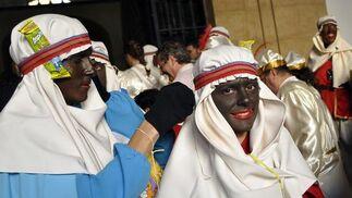 Los beduinos ultiman sus trajes antes de salir.   Foto: Manuel Gomez
