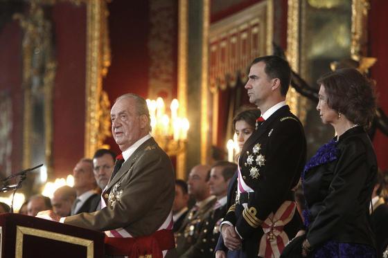 El Rey ofrece su discurso acompañado del Príncipe y la Reina Sofía.  Foto: EFE