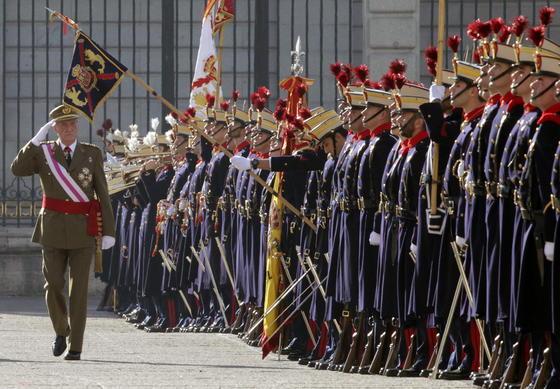 El Rey pasa revista a las tropas  Foto: EFE