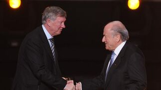 Alex Ferguson, con Joseph Blatter. / AFP