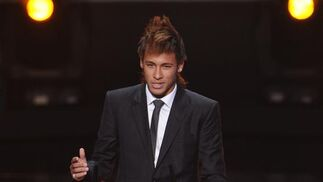 Neymar recoge el premio Puskas al mejor gol del año. / AFP