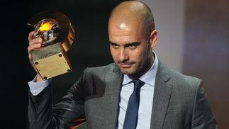 Pep Guardiola recoge el premio al mejor entrenador de la temporada. / AFP