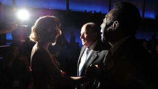 Shakira llega a la gala acompañada del presidente de la FIFA Joseph Blatter. / AFP