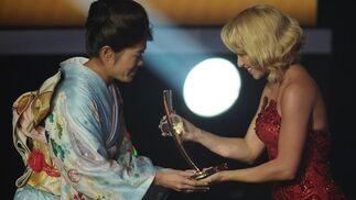 La japonesa Homare Sawa recibe el premio de la mejor jugadora de la temporada pasada. / AFP