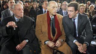El presidente de la Xunta, Alberto Núñez Feijóo (d), junto a los ex presidentes autonómicos Gerardo Fernández Albor (c) y Manuel Fraga (i) en 2011. / EFE