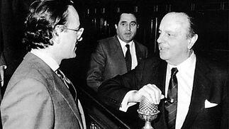 Fraga habla con Antonio Hernández Mancha, uno de los políticos al que le quiso dar el mando del recién creado PP antes de la designación de Aznar.