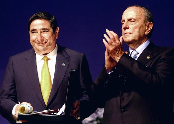 Manuel Fraga aplaude tras hacer entrega a Augusto César Lendoiro, presidente del consejo de administración del Real Club Deportivo, la Medalla de oro de Galicia 2002. / EFE