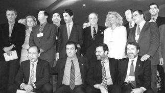 Aznar, junto a Manuel Fraga, rodeados ambos de la nueva ejecutiva del PP en 1996.