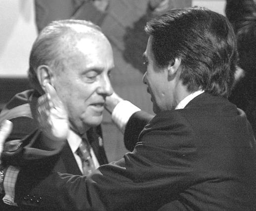 Aznar saluda afectuosamente a Fraga durante una convención del PP en 2003.