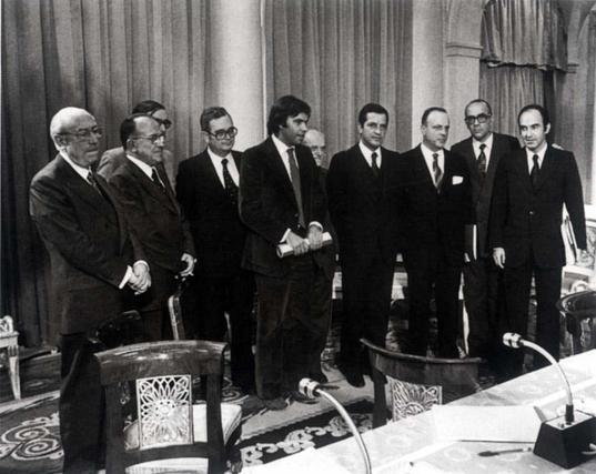 De izquierda  a derecha, Enrique Tierno Galván, Santiago Carrillo, José María Triginer, Joan Raventós, Felipe González, Juan Ajuriaguerra, Adolfo Suárez, Manuel Fraga , Leopoldo Calvo Sotelo y Miguel Roca, durante la firma de los pactos de La Moncloa en 1977.